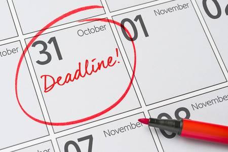 83458108-fecha-límite-escrita-en-un-calendario-31-de-octubre